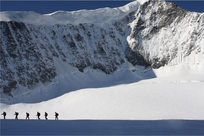 Aangelijnd over gletsjer naar de top