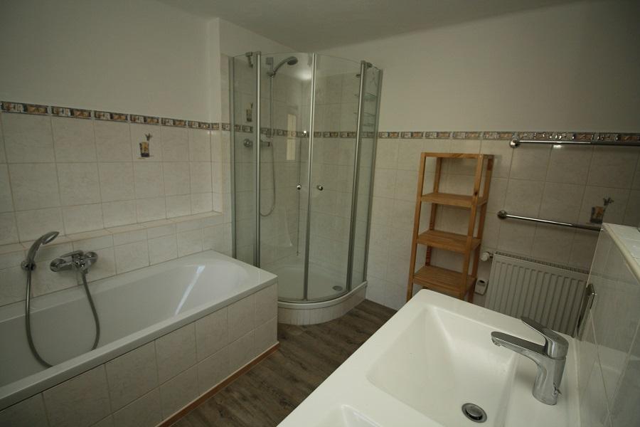 Badkamer 2 verdieping met ligbad douche en dubbele wastafel