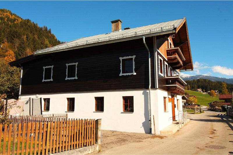 Haus Kitzbuheler Alpen, zij-aanzicht met parkeerplaats 1 van 3