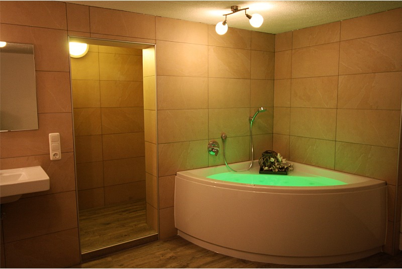 badkamer 3 met Sauna, inloopdouche, dubbele wastafel en Villeroy& Boch bad
