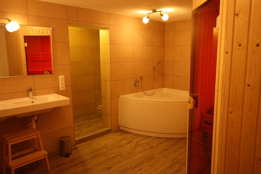 Badkamer 3 met luxe Villeroy en Boch whirlpool en ruime sauna